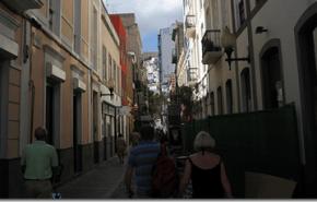 Caminando en Las Palmas de Gran Canarias por bien del medio ambiente y la salud