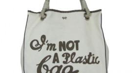 Anya Hindmarch impone moda a través de bolsas ecológicas