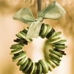 decoracion-navidena-con-materiales-reciclados-adornos-colgantes-botones