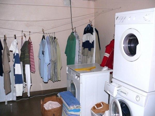 11-metodos-para-lavar-la-ropa-de-forma-sostenible-ropa-colgada
