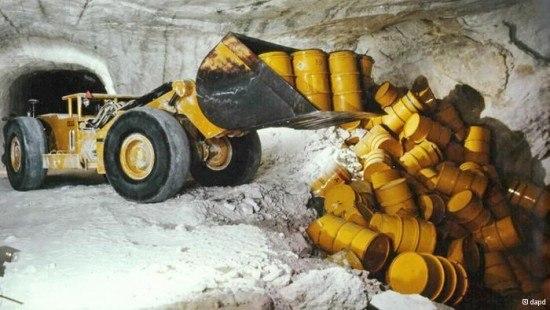 que-es-un-cementerio-nuclear-excavadora-almacenando-residuos