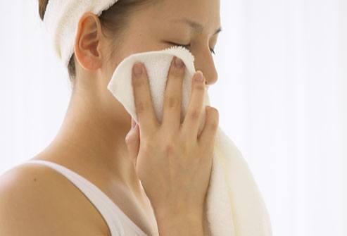 como-dormir-sin-calor-y-sin-aire-acondicionado-aplica-compresas-mojadas-en-agua-tibia