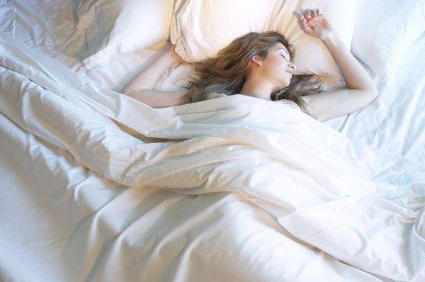 como-dormir-sin-calor-y-sin-aire-acondicionado-duerme-con-un-pijama-ligero-o-desnudo