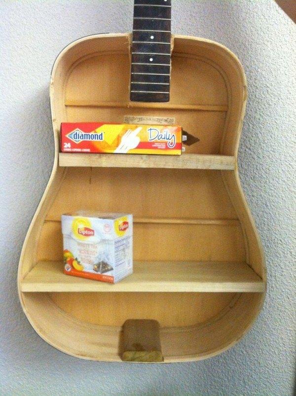 14-formas-curiosas-de-reciclar-cosas-viejas-estanteria-con-una-guitarra