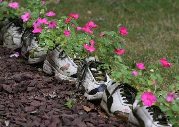 14-formas-curiosas-de-reciclar-cosas-viejas-macetas-con-zapatillas-deportivas