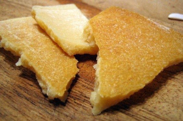 8-alimentos-que-pueden-volver-a-utilizar-antes-de-tirarlos-a-la-basura-quesos-y-sus-cortezas