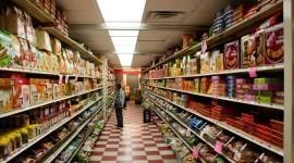 Decidir entre alimentos genéricos o de marca en el supermercado