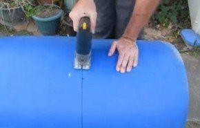 Cómo construir un jardín de macetas auto-riego en un barril (Vídeo)