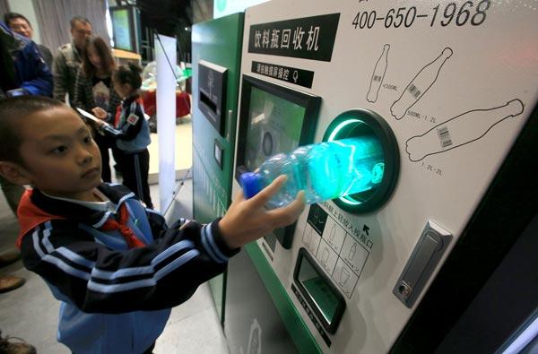pagar-el-viaje-en-el-metro-de-beijing-reciclando-una-botella-de-plastico
