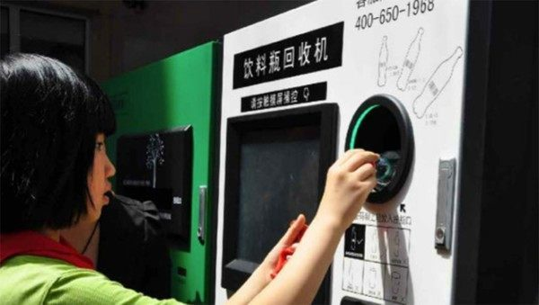 pagar-el-viaje-en-metro-de-beijing-con-el-reciclaje-de-una-botella-de-plastico