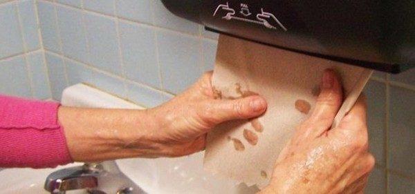 como-conseguir-secarse-las-manos-con-una-sola-toalla-de-papel