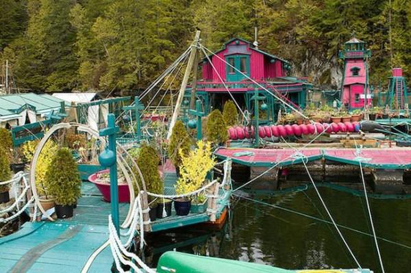 pareja-construye-isla-flotante-lejos-de-la-civilizacion-exterior-3
