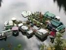 Una pareja construye una isla flotante lejos de la civilización (Vídeo)
