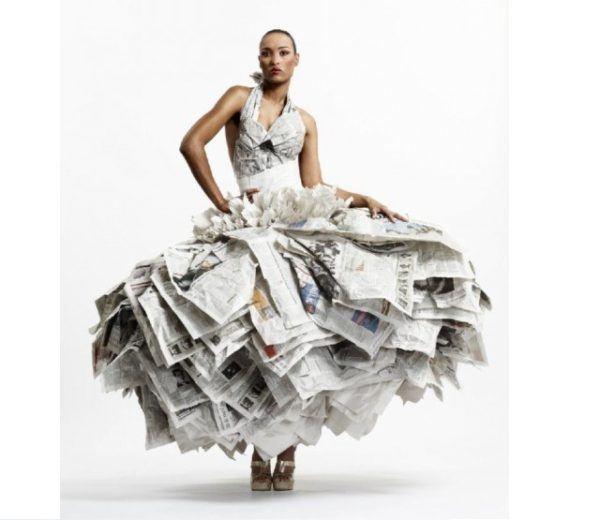 Vestidos hechos con papel de diario