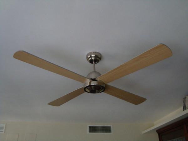 10-formas-naturales-de-mantener-fresca-la-casa-en-verano-compra-un-ventilador-de-techo
