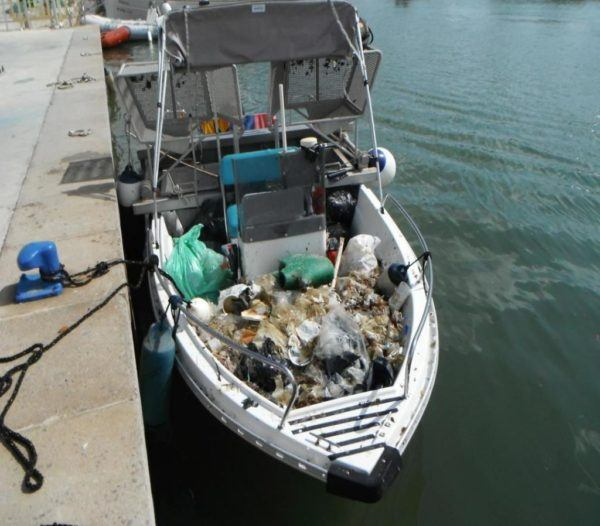 Barco para limpieza del mar.