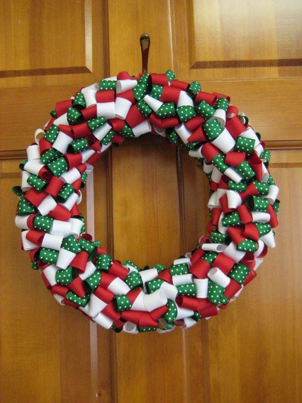 decoracion-navidena-colgantes-adornos-reciclados-coronas-de-navidad-corchos-papel