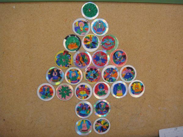 decoracion-navidena-con-materiales-reciclados-arboles-de-navidad-cds-con-dibujos