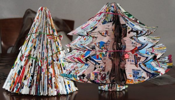 decoracion-navidena-con-materiales-reciclados-arboles-de-navidad-revistas