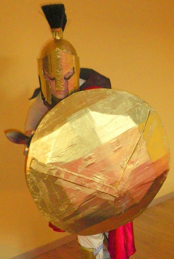 disfraces-originales-para-carnaval-2016-con-materiales-reciclados-disfraz-de-gladiador-con-carton