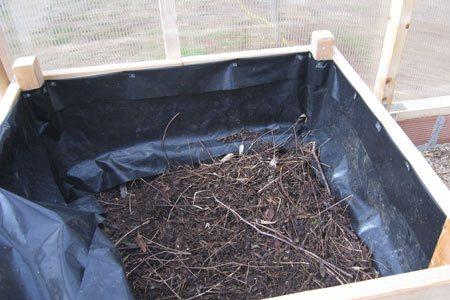 Cama con compost y ramitas