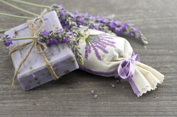 jabón de lavanda con flores frescas