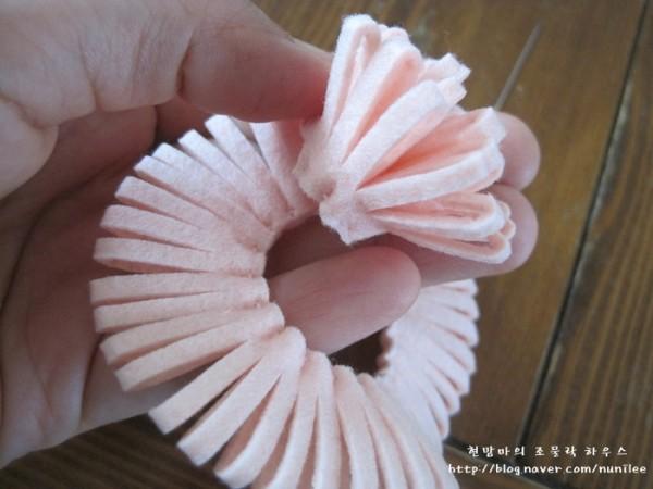como-hacer-pompones-con-material-reciclado-fieltro-enrollar