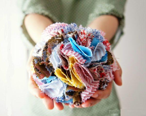como-hacer-pompones-con-material-reciclado-tela