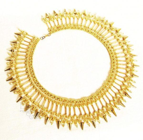 como-hacer-collares-con-materiales-reciclados-dorado-elegante