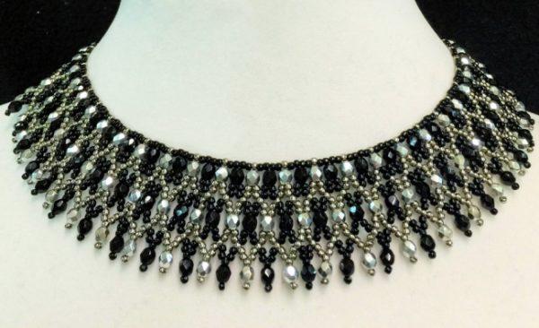 como-hacer-collares-con-materiales-reciclados-negras-y-transparentes-elegante