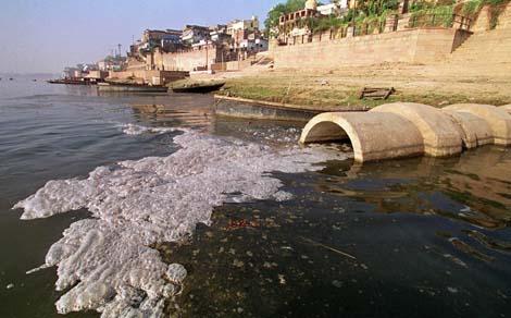 Contaminación puntual.  Residuos industriales que desembocan en el rio Ganges.