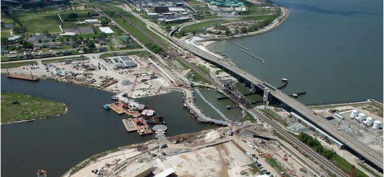 Imagen aérea del nuevo dique en el lago Pontchartrain de Nueva Orleans.