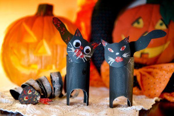 Manualidades de Halloween con rollos de papel higiénico gatos malvados