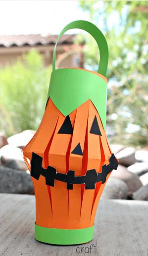 Manualidades de Halloween con rollos de papel higiénico calabaza linterna