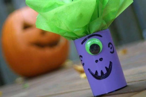 Manualidades de Halloween con rollos de papel higiénico monstruo pelo