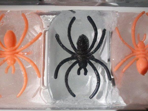 Manualidades fáciles de Halloween para niños cubitos hielo arañas