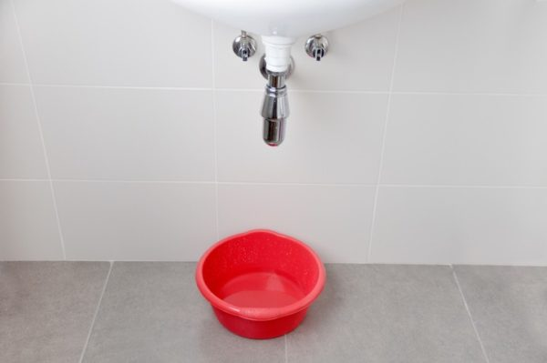11 maneras inteligentes de ahorrar agua en casa cubo