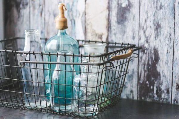 como-decorar-botellas-de-cristal-o-de-vidrio-recipientes-en-cesta