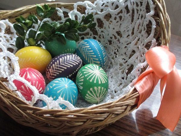 como-decorar-cestas-de-mimbre-huevos-colores