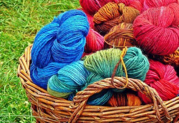 como-decorar-cestas-de-mimbre-lana