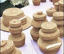 En Guatemala, las hojas secas de pino se convierten en artesanías