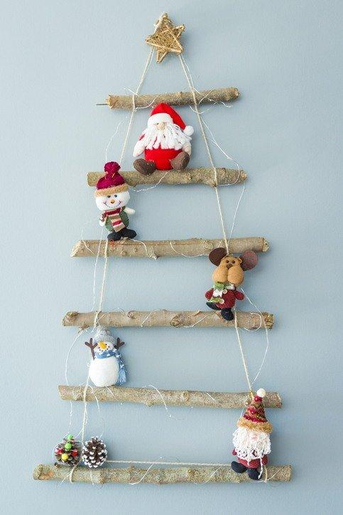 Arboles de navidad con ramas y cuerdas