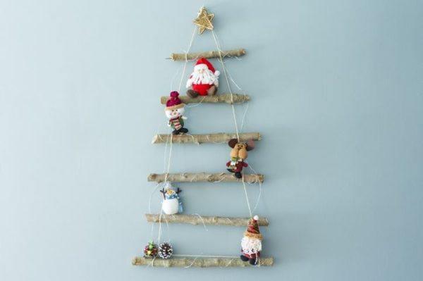Decoracion navidena con elementos reciclados arbol de navidad con troncos