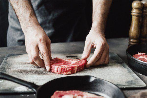 Cocinando un trozo de carne