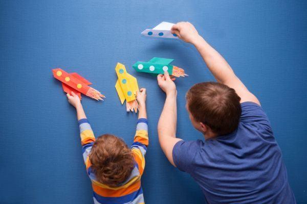 manualidades-para-el-dia-del-padre-con-materiales-reciclados-aviones-de-papel-istock