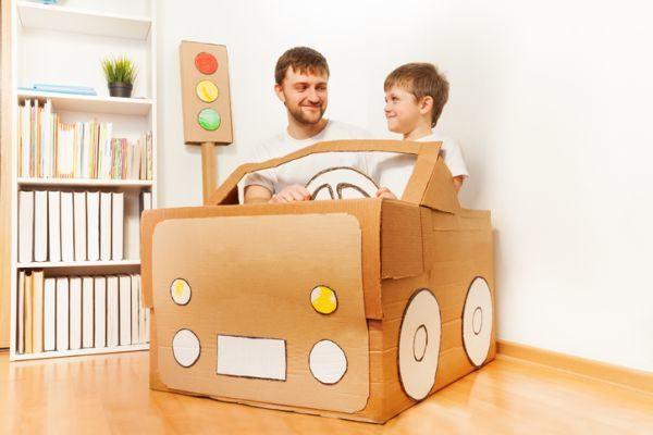 manualidades-para-el-dia-del-padre-con-materiales-reciclados-coche-de-papel-istock