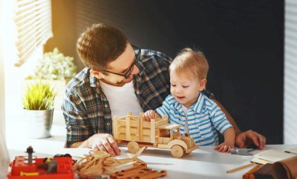 manualidades-para-el-dia-del-padre-con-materiales-reciclados-vehiculo-madera-padre-e-hijo-istock