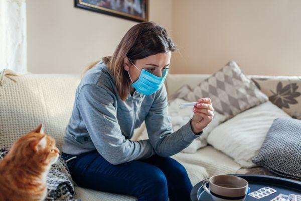 como-distinguir-los-sintomas-de-alergia-del-coronavirus-chica-con-gato-istock