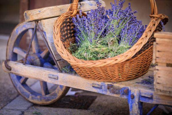 Decorar cestas mimbre flores