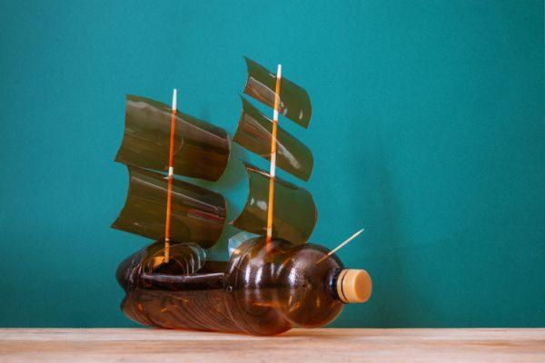 manualidades-dia-del-medio-ambiente-barco-de-botella-istock